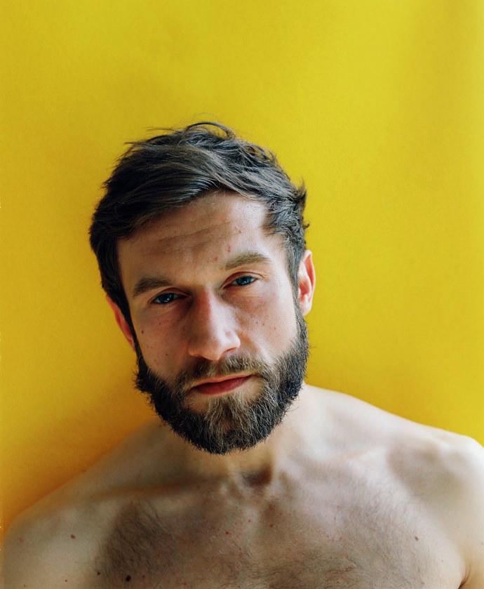 006d96GTgy1ft3q8lda1vj30j60nbq5a - Portraits at home by James Barnett, a series against yellow黄色背景的艺术