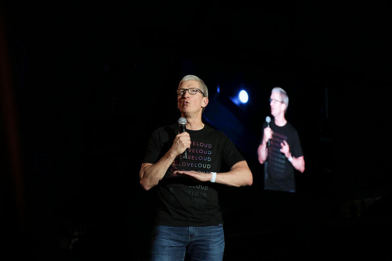 2018073019210248 - 苹果CEO库克和梦龙乐队同台力挺LGBT