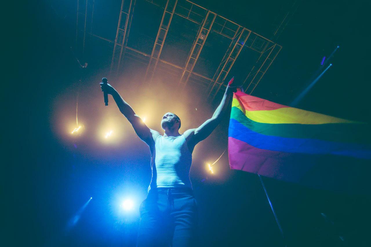 2018073019210532 - 苹果CEO库克和梦龙乐队同台力挺LGBT