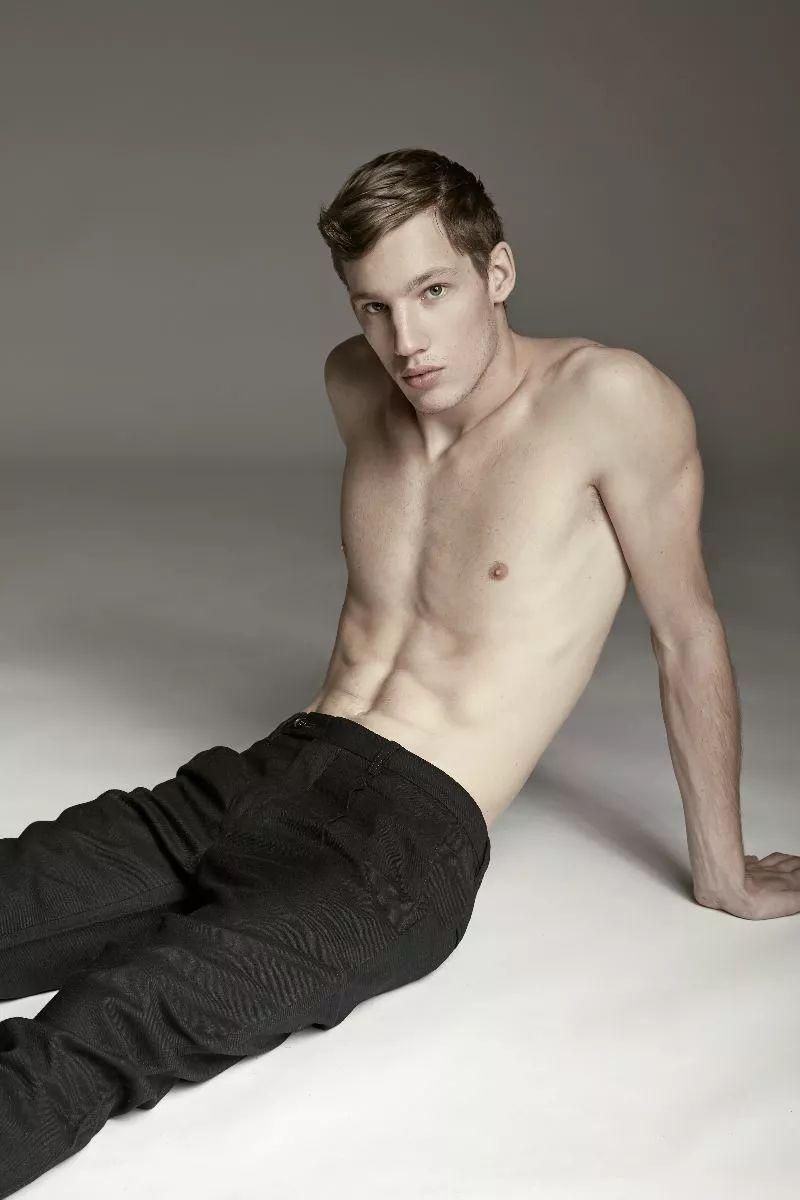 35db463b03794d05b73e159a39955841 - Burberry秀场上的可口男模们,喜欢这种憨厚的男孩!