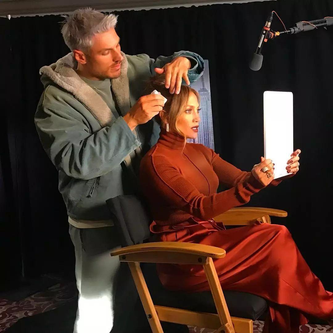 44ee58e9ff694ef981823155df0beb9a - Kim Kardashian背后的团队卧虎藏龙,帮她洗头的人都堪比顶级男模!