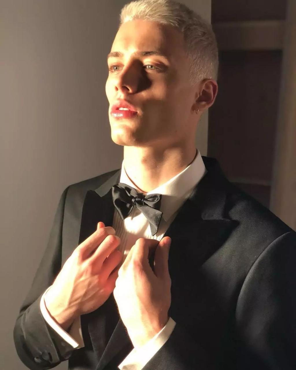 a95488319bdd4871a470adec4661d34c - 如今最红的巴西男模,才十八岁就成为Versace的最爱!