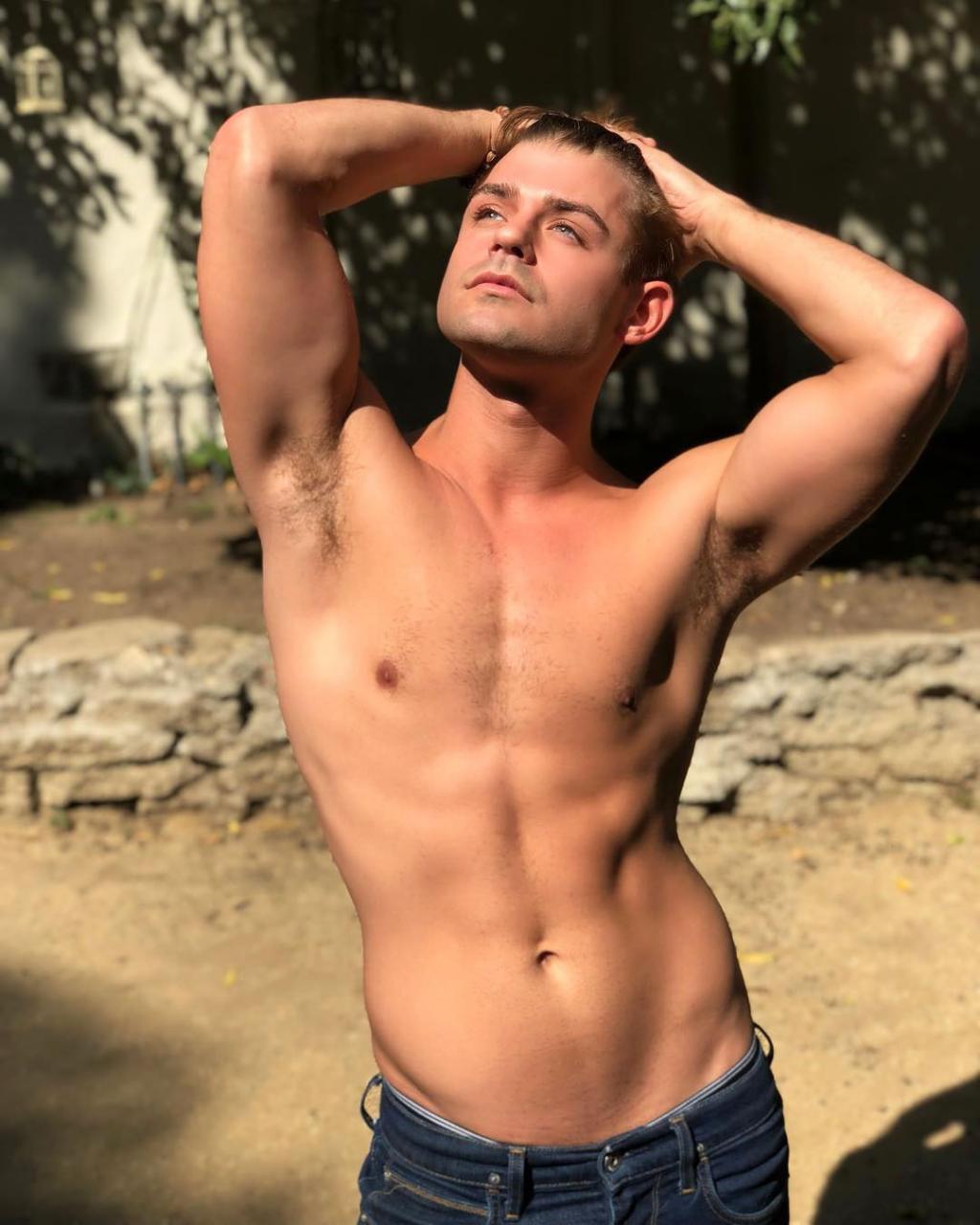 6589b70egy1fuhl1f64o9j20u011in0z - 好莱坞男演员Garrett Clayton出柜