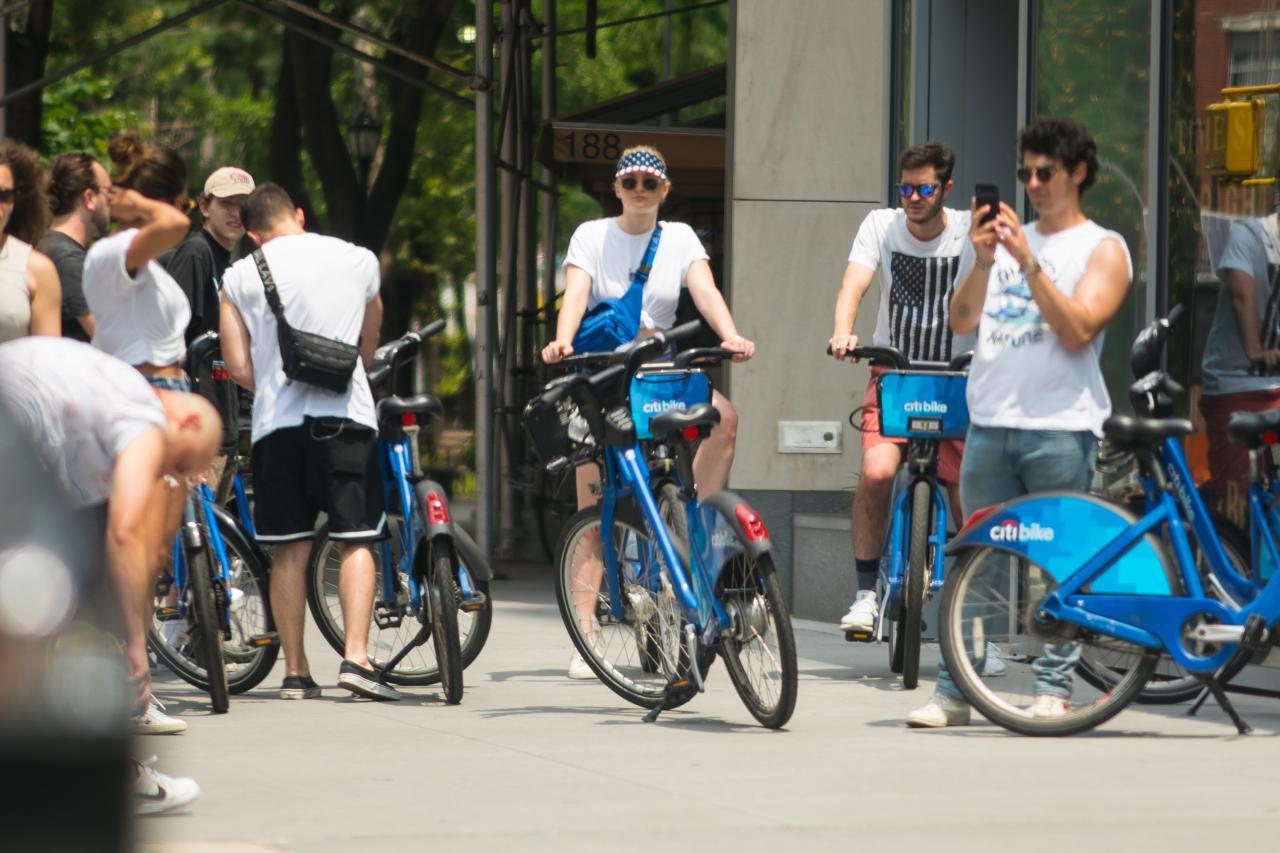 005QTIA6ly1ft2jt824t9j32bc1jkkjl - 7月5号街拍 - 小乔二乔三傻Priyanka和他们的朋友在纽约街头骑行