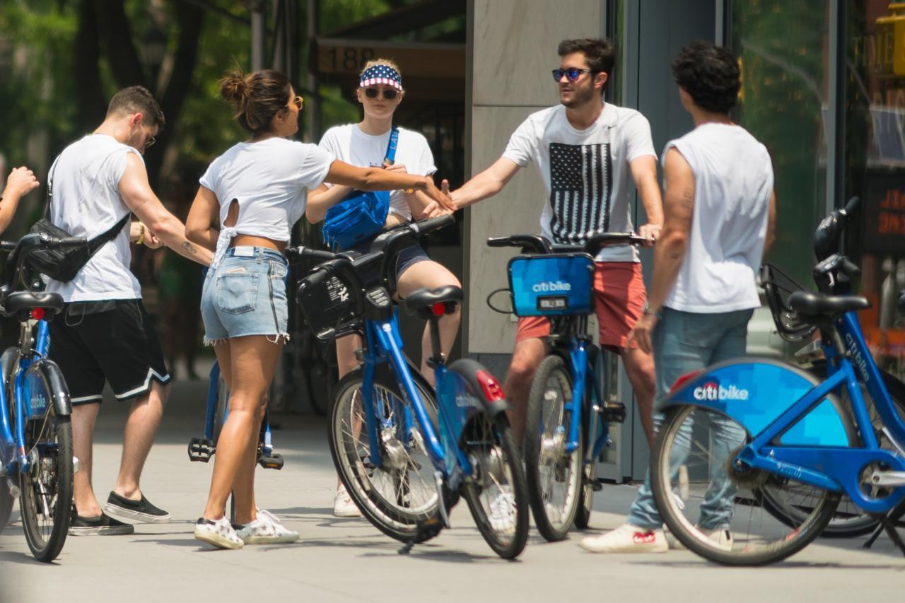 005QTIA6ly1ft2jt94pf7j32bc1jkkjl - 7月5号街拍 - 小乔二乔三傻Priyanka和他们的朋友在纽约街头骑行