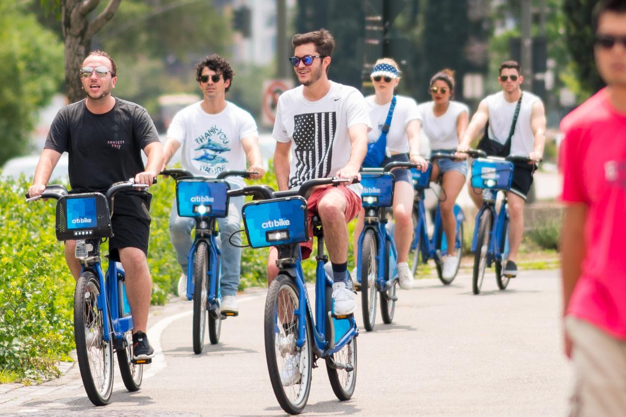 005QTIA6ly1ft2jti439cj32bc1jkqv5 - 7月5号街拍 - 小乔二乔三傻Priyanka和他们的朋友在纽约街头骑行