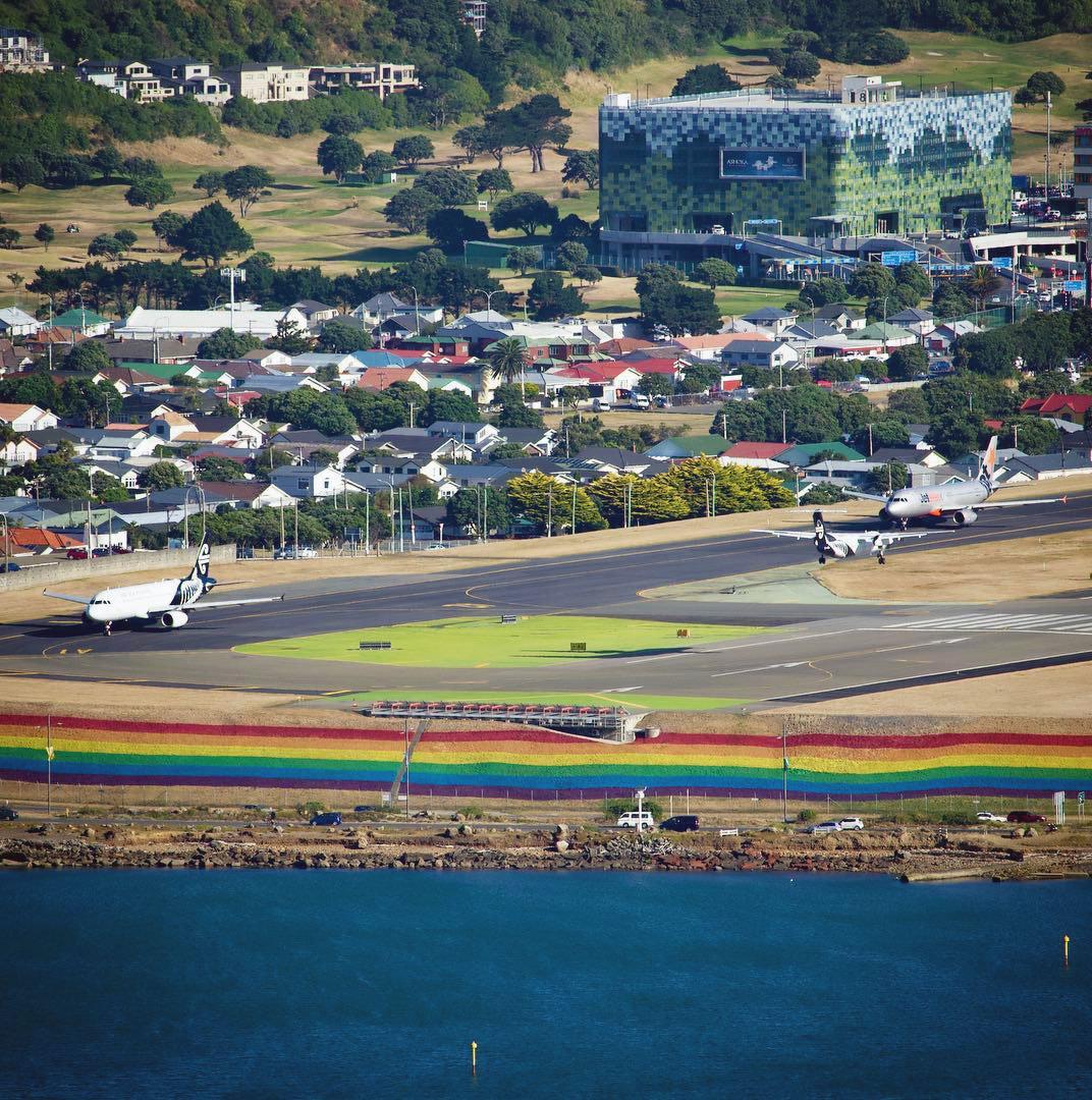 """6589b70egy1g0mk974q1cj20ts0u0n5v - 这可能是世界上第一条""""彩虹机场跑道"""""""