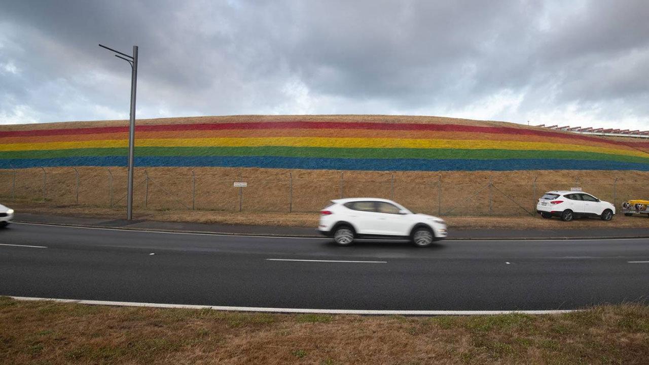 """6589b70egy1g0mk97bq4fj20zk0jz780 - 这可能是世界上第一条""""彩虹机场跑道"""""""